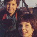 Bruder und Schwester nach dem Spielen auf dem Schrottplatz